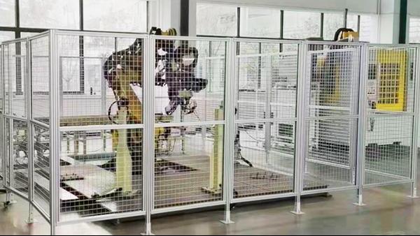 为什么机器人作业一定要用铝型材安全围栏?